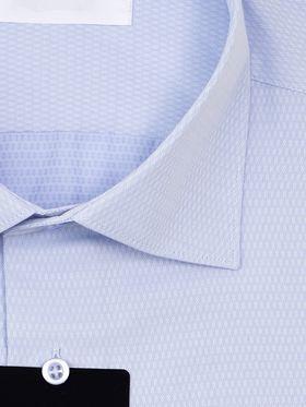 Голубая приталенная мужская рубашка из структурной ткани с геометрическим узором