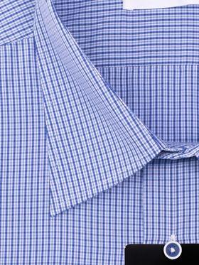 Ярко-синяя мужская рубашка в небольшую клетку