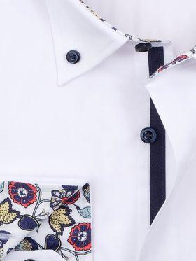 Приталенная белая мужская рубашка