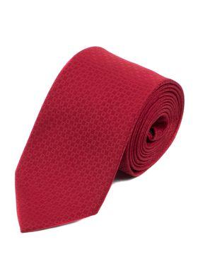 Классический мужской галстук красного цвета с геометрическим узором.