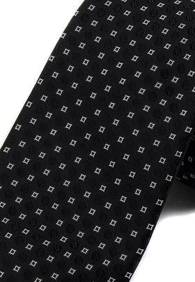 Черный мужской галстук белым геометрическим узором