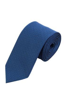 Классический мужской галстук синего цвета с геометрическим узором.