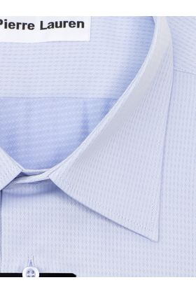 Красивая однотонная мужская рубашка голубого цвета с геометрическим рисунком