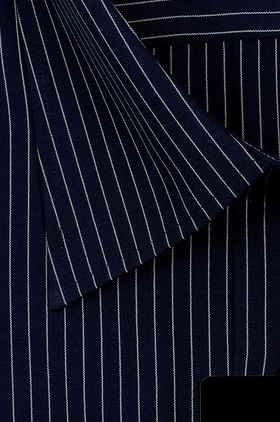 Мужская рубашка насыщенного темно-синего цвета с белой структурной полоской